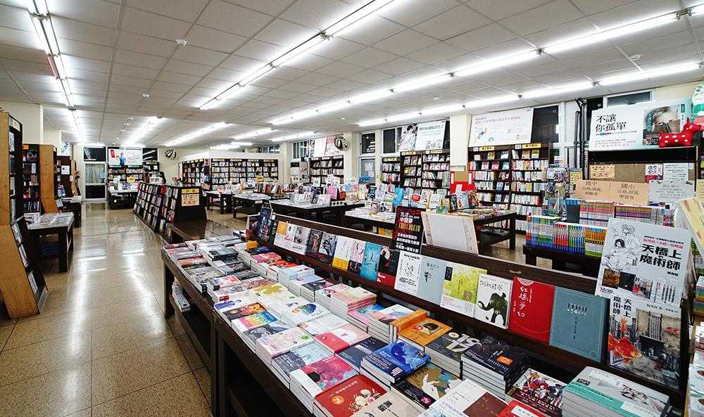 明儀倉庫書店空間寬敞,書種齊全。(攝影/曾信耀)