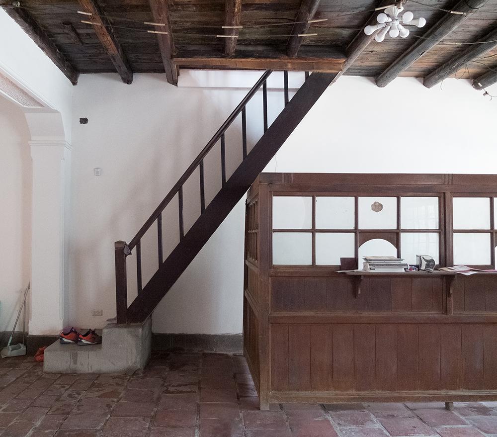 除了建築物本身,岡山仁壽醫院還保存了木製階梯、掛號櫃台,令人驚喜。(圖片提供/高雄市政府都市發展局)