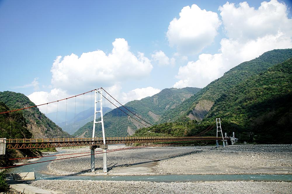 進入高中部落的索阿紀吊橋,橫跨在荖濃溪上,是全台最長的車行吊橋。(攝影/曾信耀)