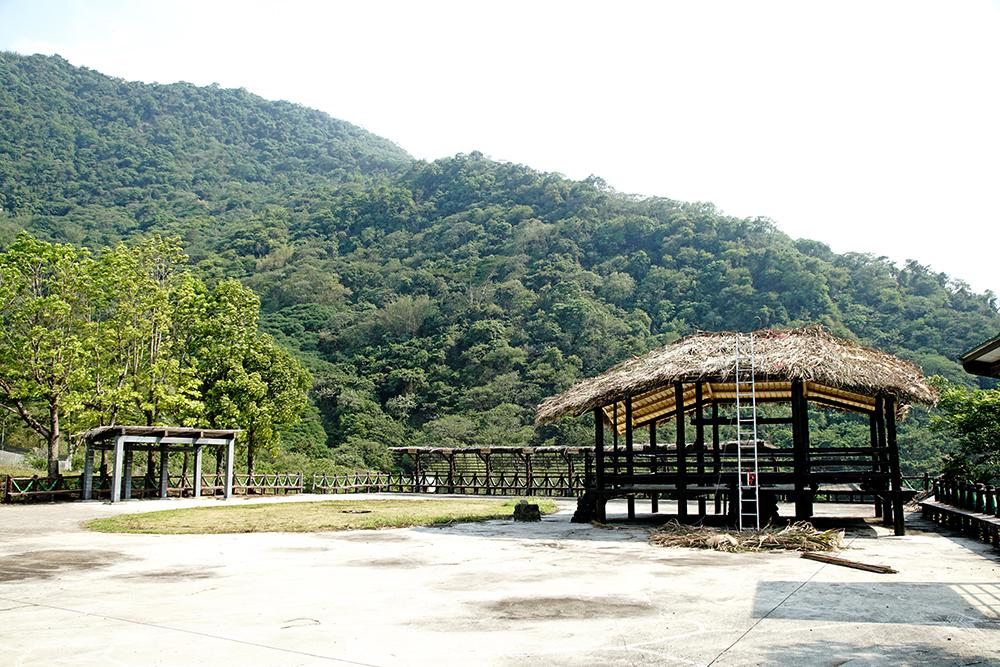 拉阿魯哇文化祭場建置在美蘭社區裡,以茅草搭設而建,拉阿魯哇族人每年都會聚集舉辦貝神祭。(攝影/曾信耀)