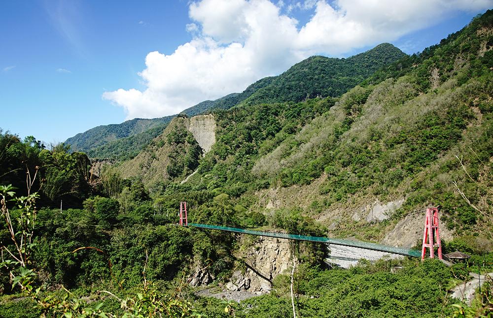 馬舒霍爾吊橋、梅山吊橋橫亙在叢山峻嶺間,通往部落的秘境。(攝影/曾信耀)
