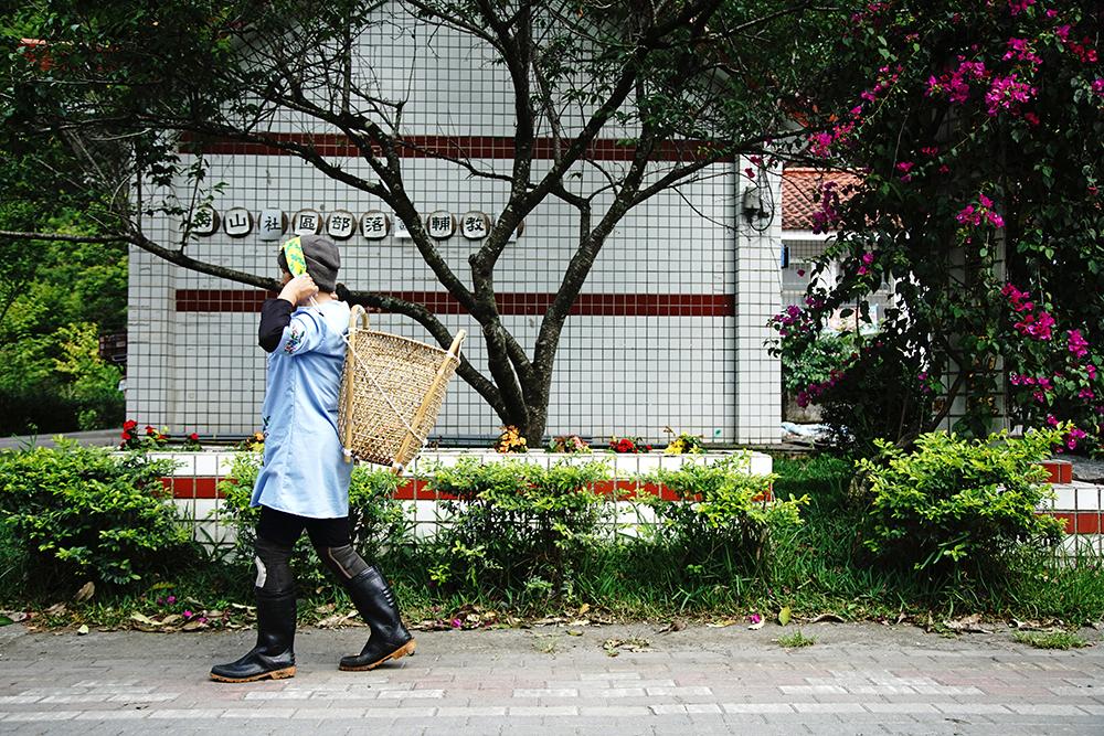 早期布農族在中央山脈屬於逐水草而居的生活形態,以黃藤編織的揹籃,是為了便於遷徙移動而發展出來的生活用具。(攝影/曾信耀)