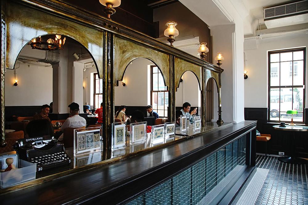 日治時期保留至今的銀行櫃台,加上全新打造的拱窗,重現銀行入口意象。(攝影/曾信耀)