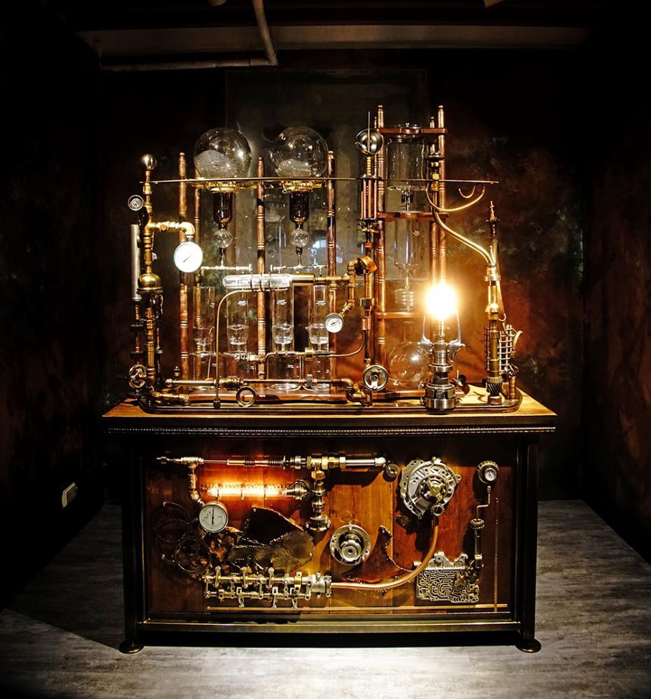 一樓的金庫裡,有座設計精密的冰滴咖啡機,每一滴咖啡都有如時光淬鍊。(攝影/曾信耀)