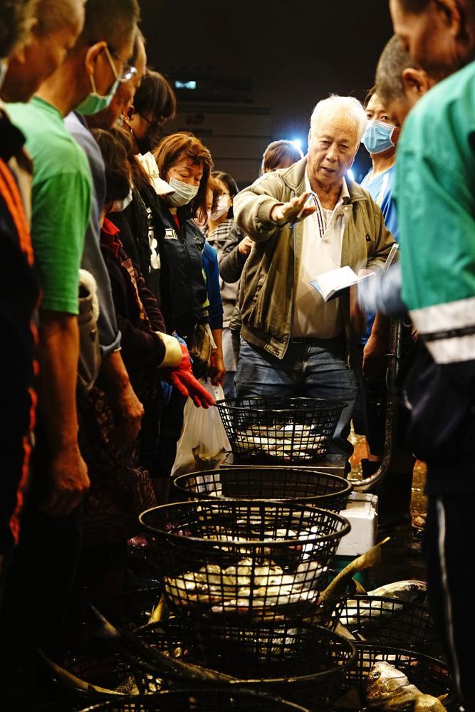 魚貨拍賣員被稱為「糶(ㄊㄧㄠˋ)手」,一直扮演魚貨拍賣市場最重要的靈魂人物。(攝影/曾信耀)