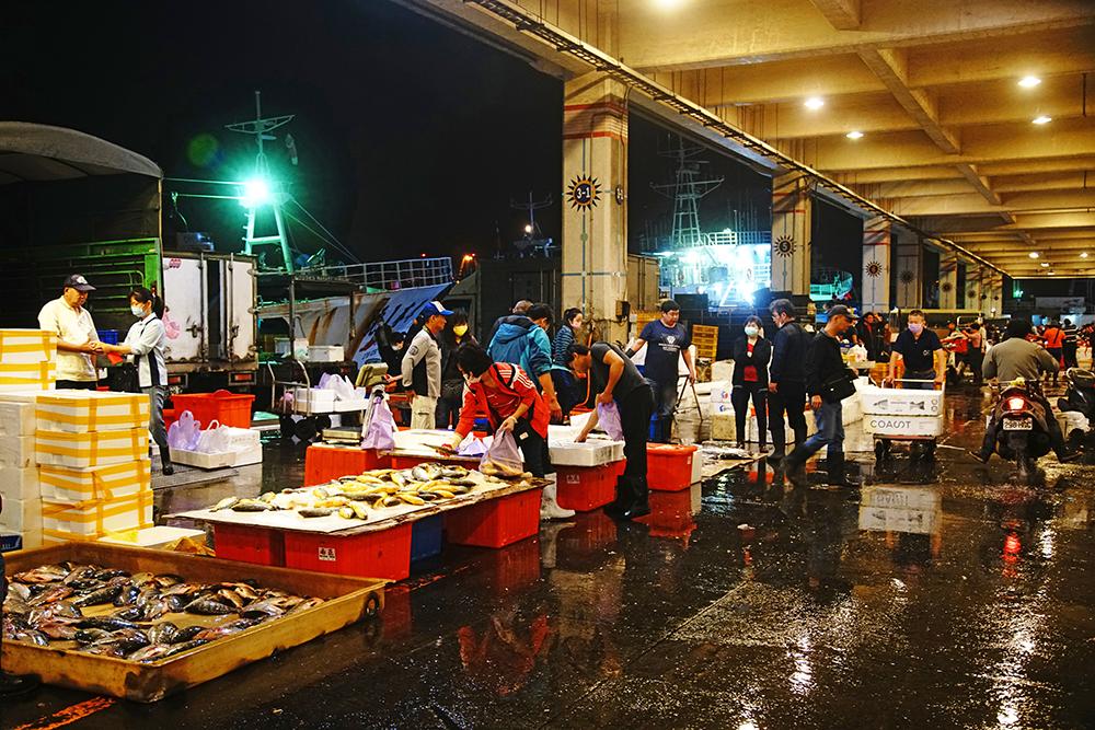 前鎮漁港是台灣最大的遠洋漁港,漁船停泊在岸邊,更顯得分秒必爭的繁忙景象。(攝影/曾信耀)