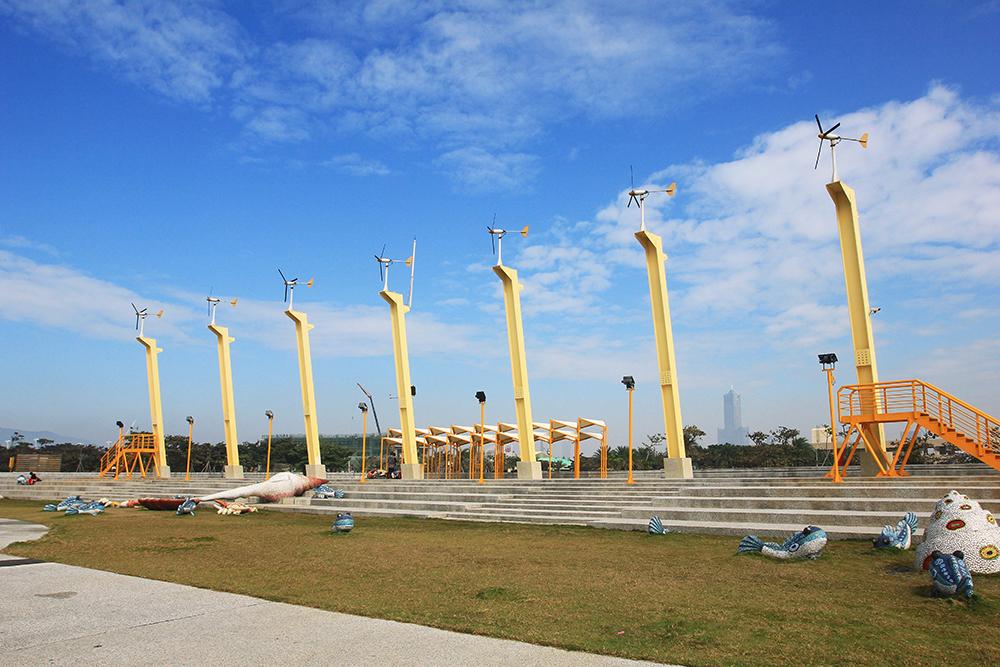 七座高大的太陽能風車佇立在公園裡。(攝影/曾信耀)
