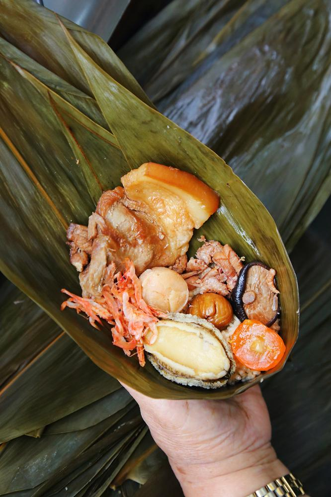龐家肉粽的三鮮頂級海味鮑魚粽,光一顆淨重就300克左右,個頭相當有份量。(攝影/Carter)
