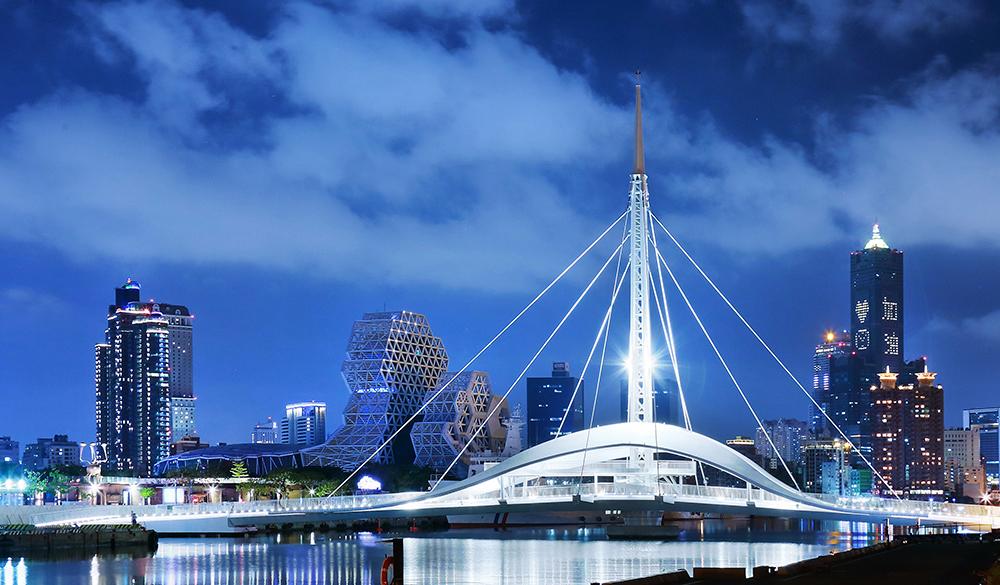 大港橋搭配遠方85大樓的「加油」燈號,獨有的景象,格外有趣。(攝影/Carter)