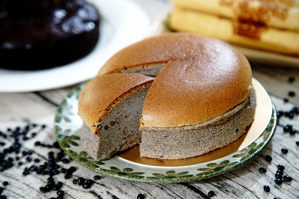使用原生種有機黑豆的黑豆蛋糕,不含小麥麩質,吃得到黑豆顆粒真材實料。(攝影/曾信耀)