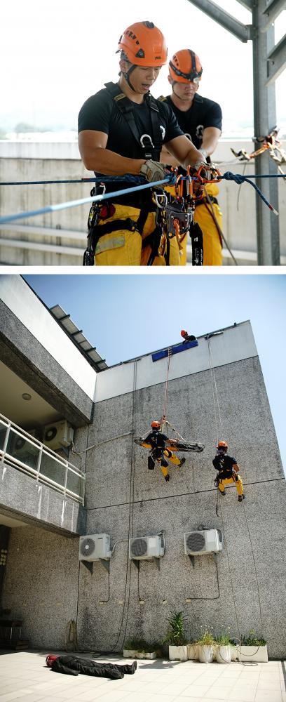 在災難現場規劃好救難動線,設置相關硬體設備。利用繩索垂降至遇難者地點,中途可能會遇到障礙物。(攝影/曾信耀)