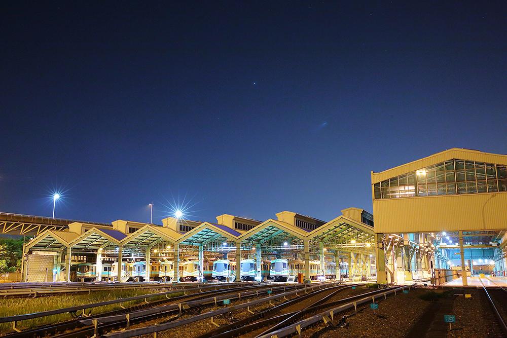 深夜的捷運機廠裡,軌道課的師傅們正準備上工。(攝影/Carter)