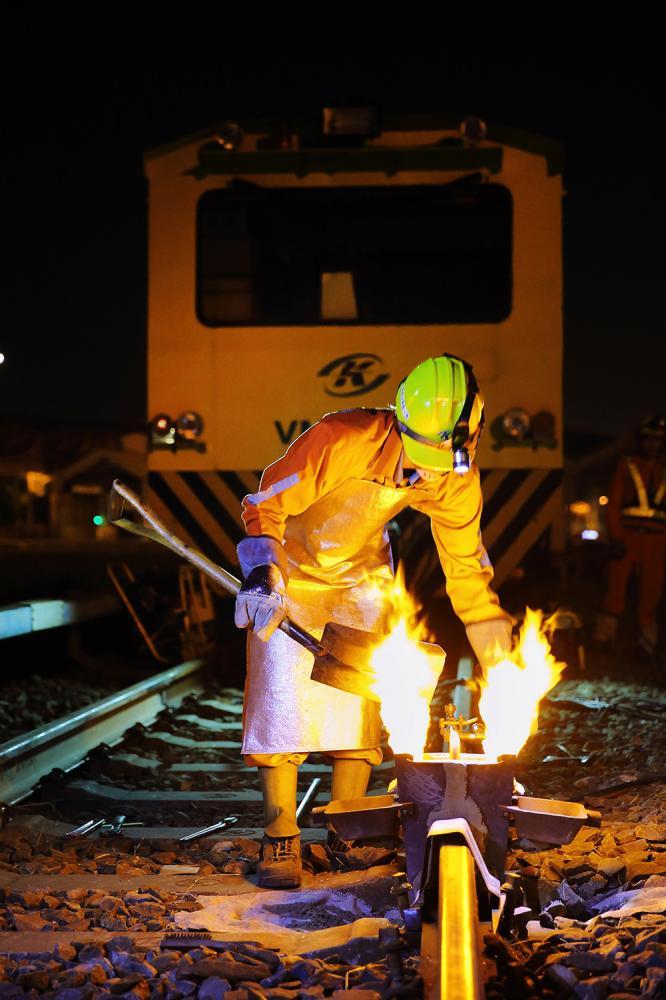 注入火藥加速鋁熱焊,讓新軌與舊軌能無縫接上。(攝影/Carter)