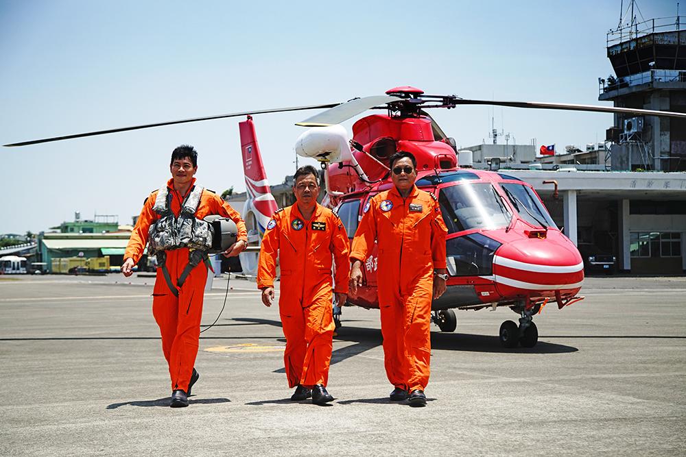 (左起)吳漢斌飛行員、空勤總隊第三大隊第二隊長劉興任、第三隊長祝世全,滿懷熱忱。(攝影/曾信耀)