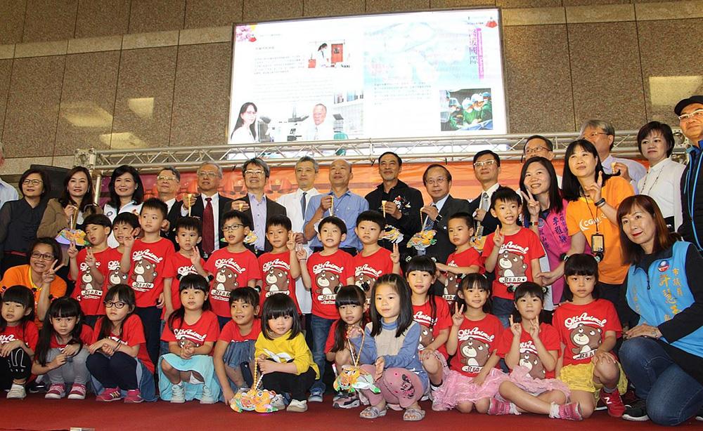 港星任達華與韓市長,關懷住院病童,發送元宵提燈。