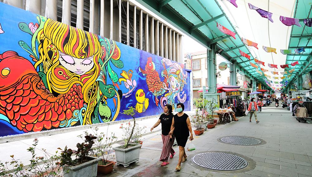 南華商圈有天棚可遮陽避熱,仰頭就能看見懸掛的鯉魚旗幟。(攝影/Carter)
