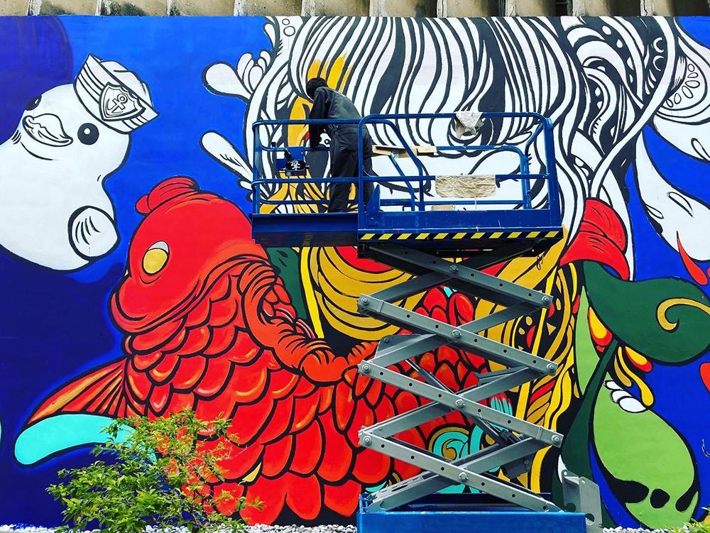 創作者在艷夏裡作畫,完成壯觀壁畫。(照片提供/瘋狂傑森)