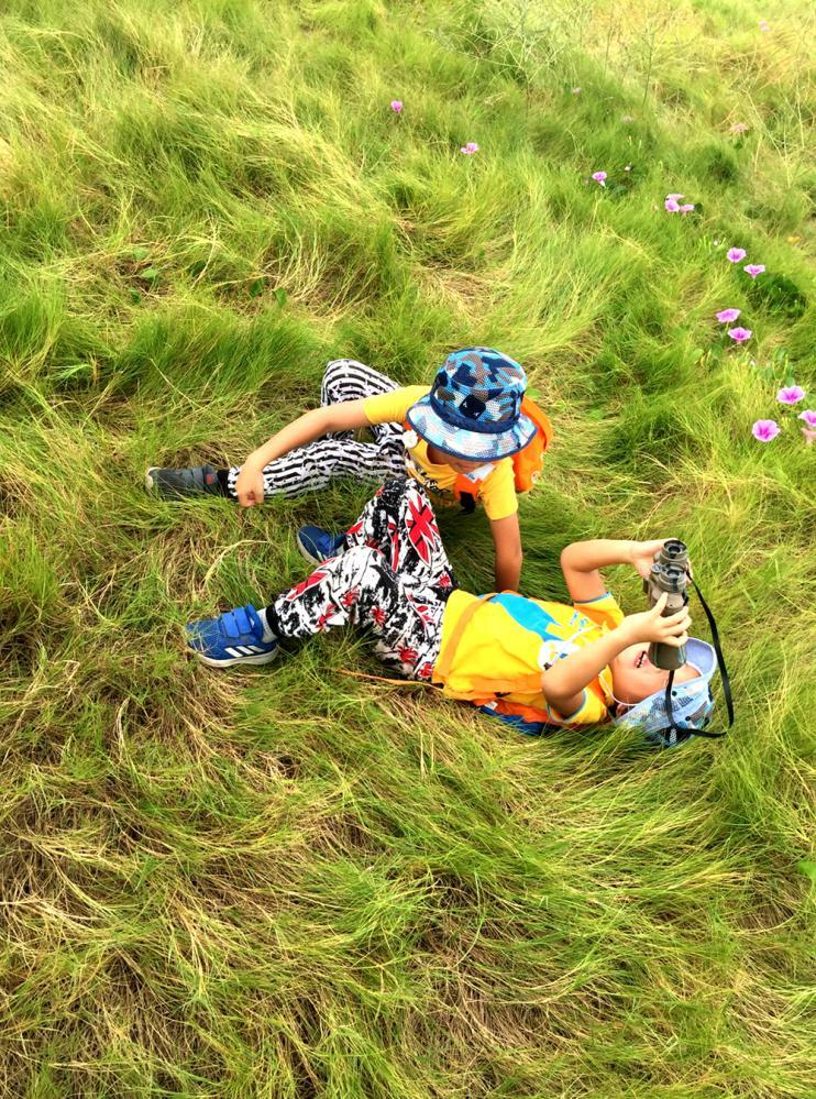 走進大自然,孩子自在地在草地上打滾。(圖片提供/高雄市茄萣區觀光發展協會)