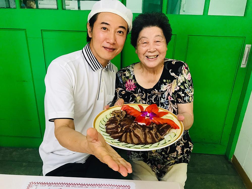 陳鴻談起高雄美食如數家珍。(照片提供/高雄市政府觀光局)