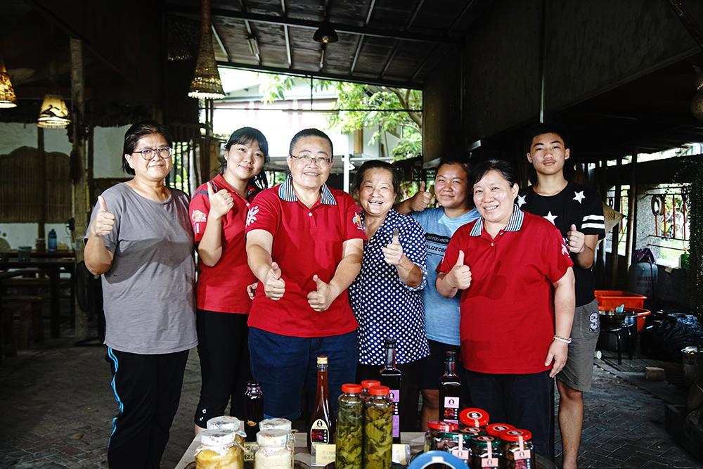 高雄市寶來人文協會執行長李婉玲(左三)說,「社區企業」是檨仔腳文化共享空間未來十年的目標。(攝影/曾信耀)