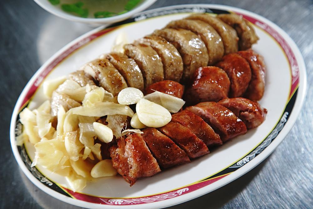 章記黑豬肉香腸在六龜頗有人氣。(攝影/曾信耀)