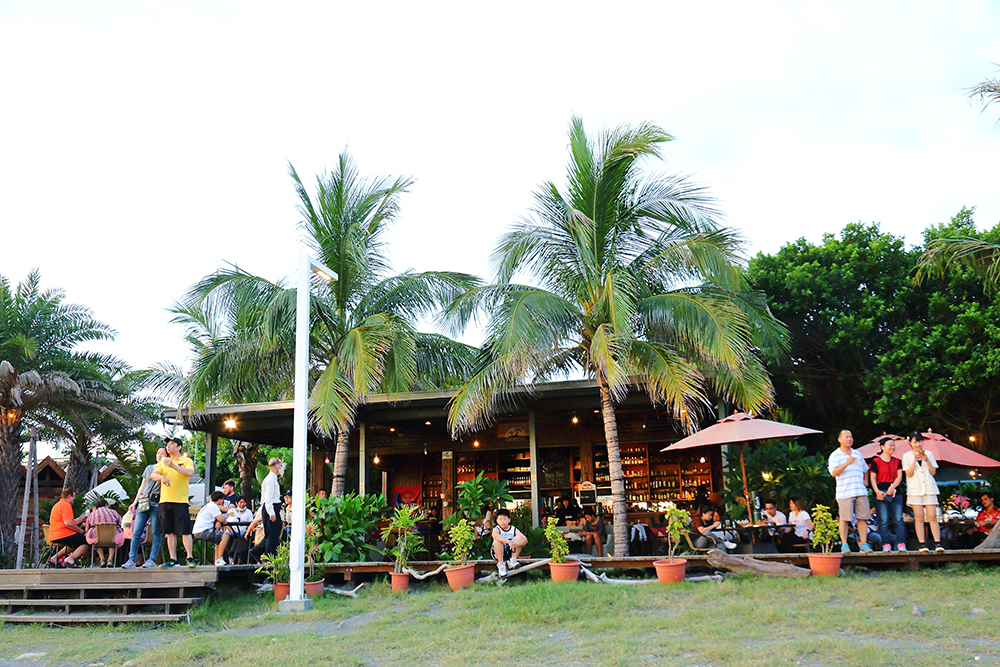 Cijin Sunset Bar旗津沙灘吧營造的南洋島嶼氛圍令人著迷。 (攝影/Carter)