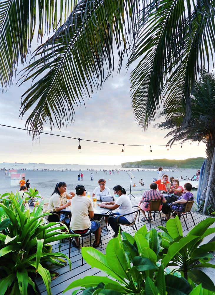 坐在海邊優雅喝調飲,看著潮起潮落,頗有度假氣息。 (攝影/Carter)