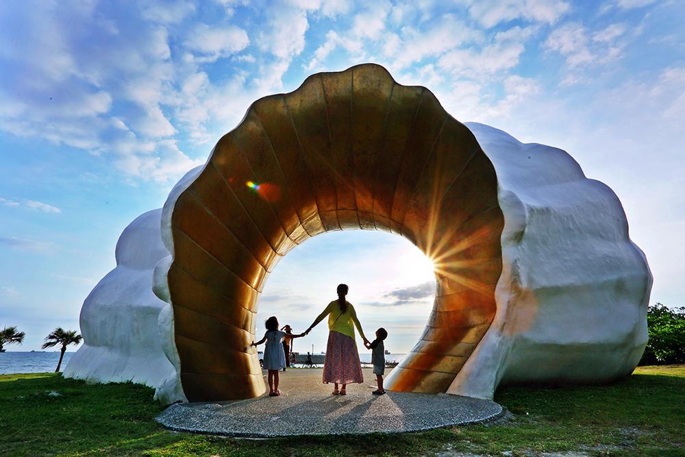 在太陽落進洞口瞬間按下快門,成為旗津之旅的難忘回憶。(攝影/Carter)