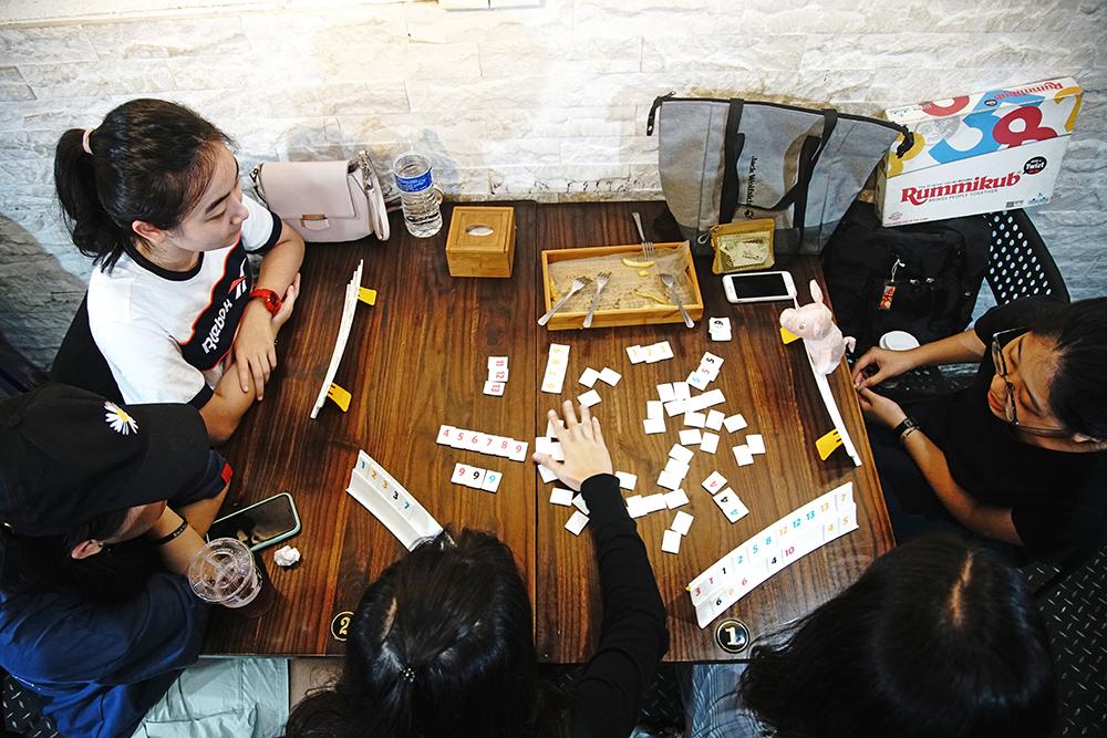 「Rummikub Twist」拉密遊戲在全球已風靡三十多年,有「以色列麻將」別稱,令新手躍躍欲試。(攝影/曾信耀)