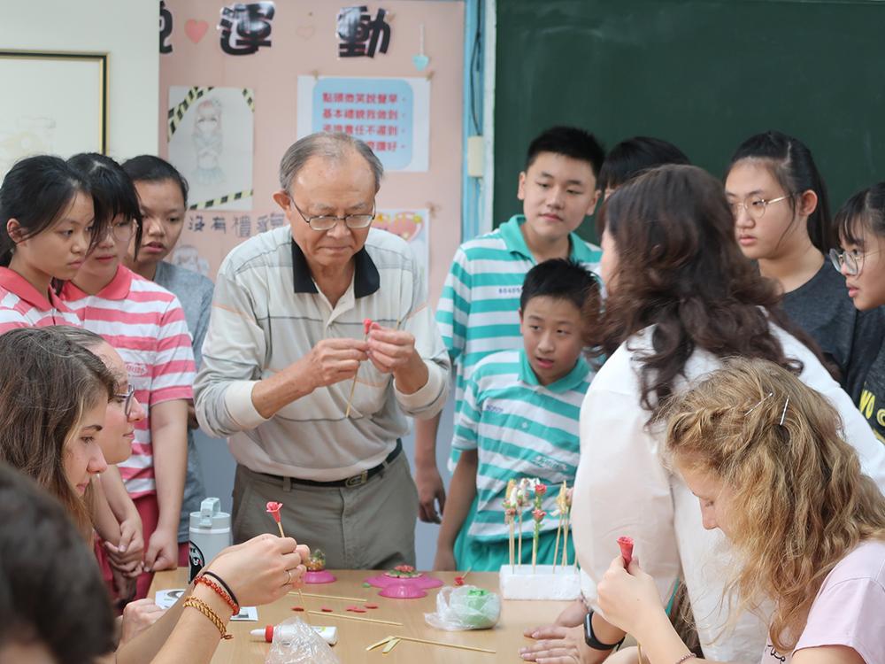 陳義進將民俗技藝捏麵人帶進校園,成為超熱門的鄉土文化社團。(圖片提供/英明國中)