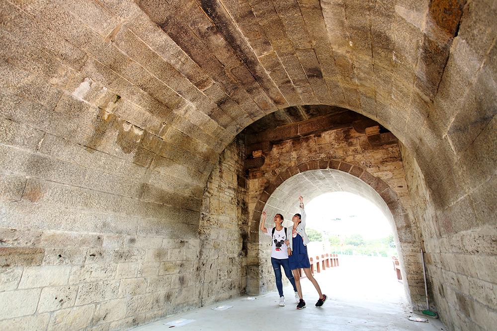 在拱門通道裡可以近距離看到城牆建築的痕跡。(攝影/Carter)