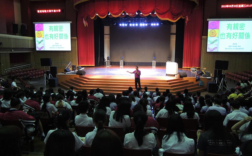 劉育豪常常受邀至各學校演講,用自然健康的態度大方與學生談性。(照片提供/劉育豪)