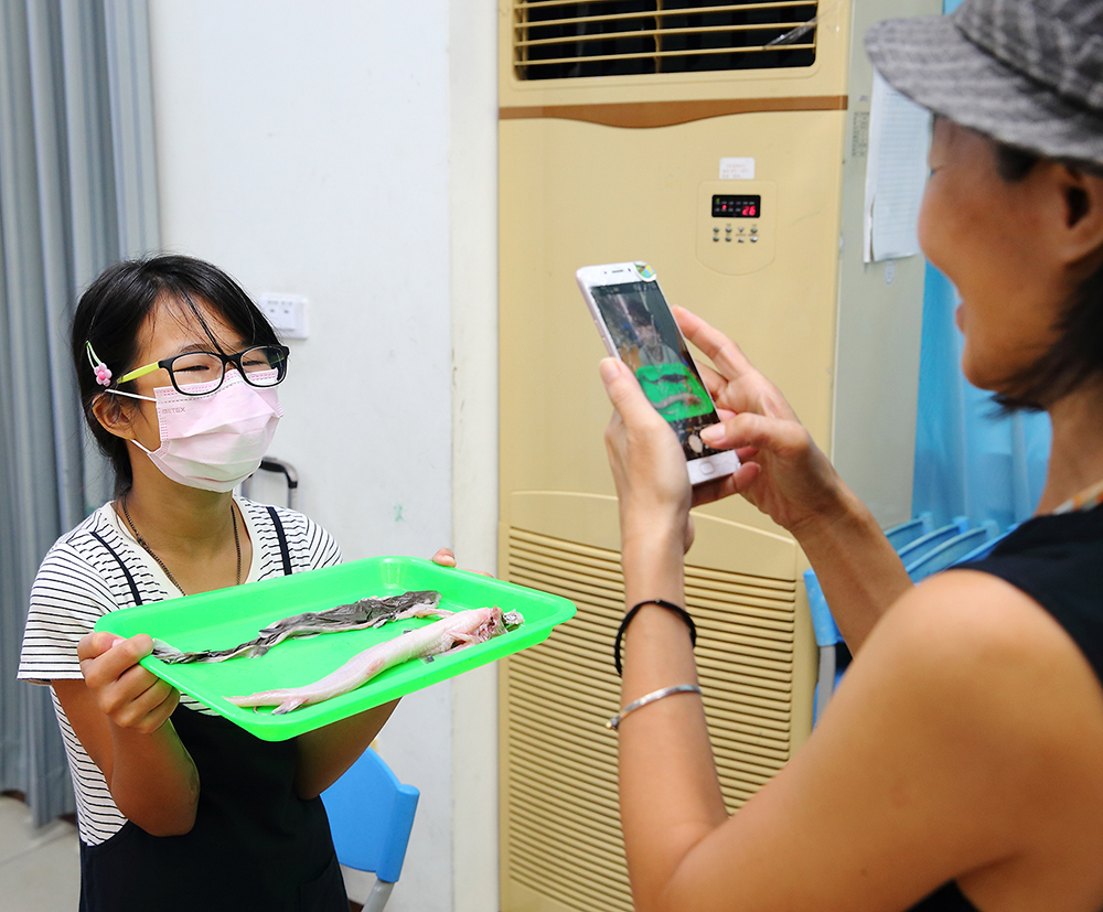 康康老師因女兒選擇自學教育,陪著孩子一起學習、尋找適合的課程。(攝影/Carter)