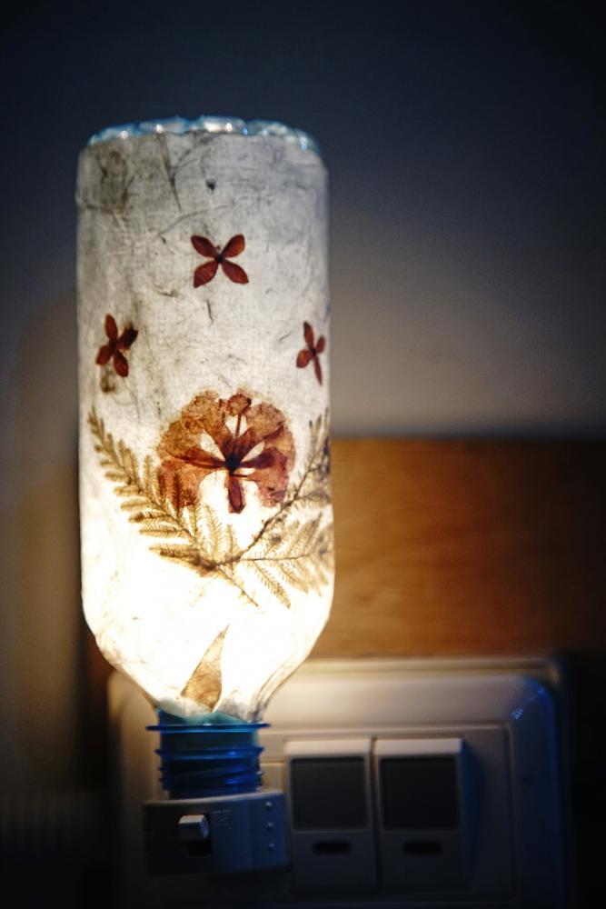 乾燥後的手抄紙加工製成小夜燈,點亮時似乎都能聞到淡淡香蕉味。(攝影/曾信耀)