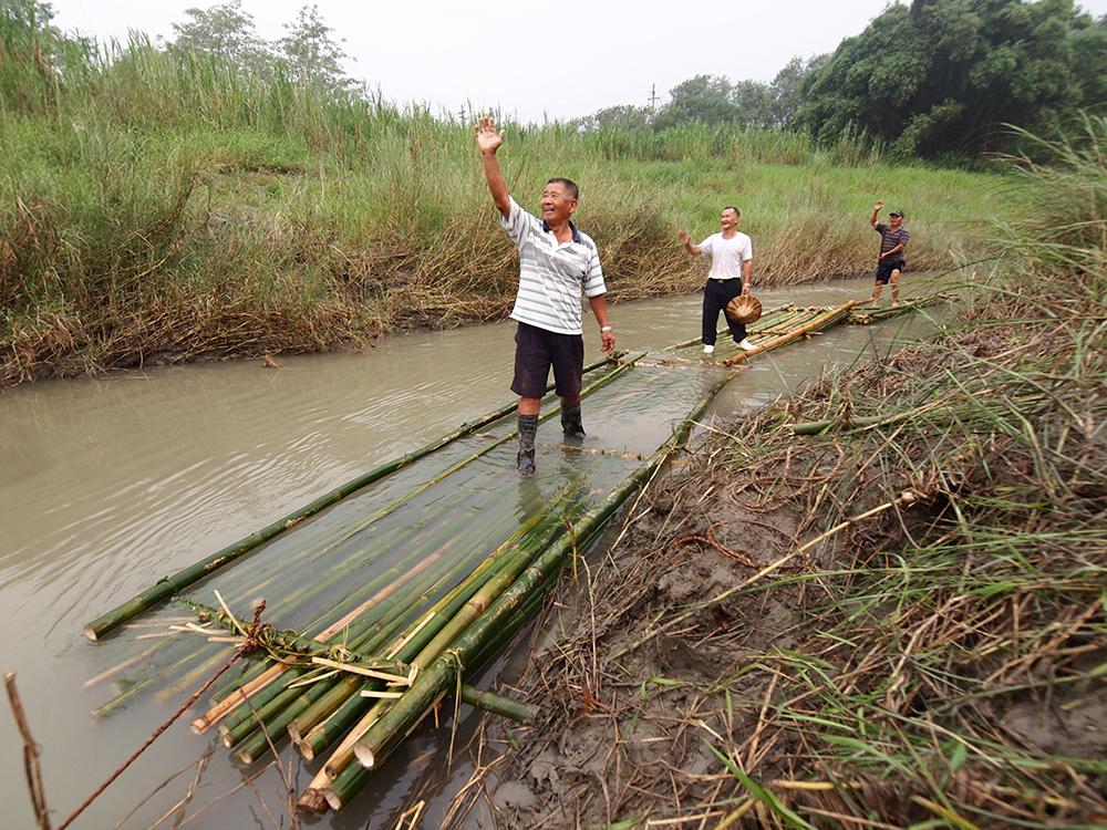 2015年曾邀請耆老再一次動手綁竹筏,復刻「放流竹」的經典畫面。(照片提供/惡地農夫)