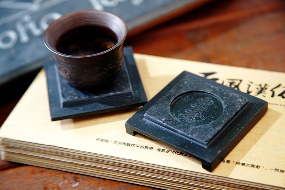 「萬山岩雕-高字杯台」入選2012高雄工藝類精品獎,是當時甄選唯一得到滿分的作品。(攝影/曾信耀)