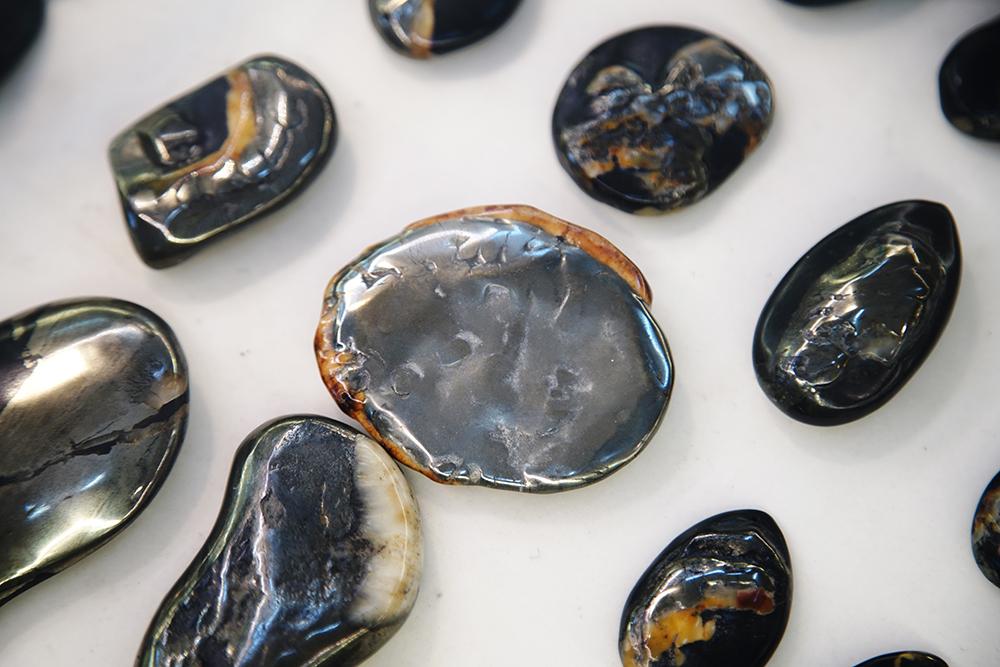 龍紋石經拋光打磨後,可展現不同的金屬線條與石玉鑲嵌。(攝影/曾信耀)