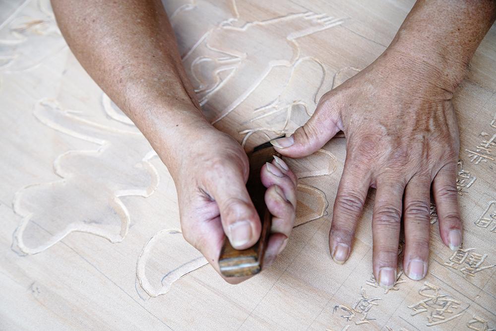 吳崑章擁有30多年手藝,將屬於國寶級的手寫藝術躍然於匾額上。(攝影/曾信耀)