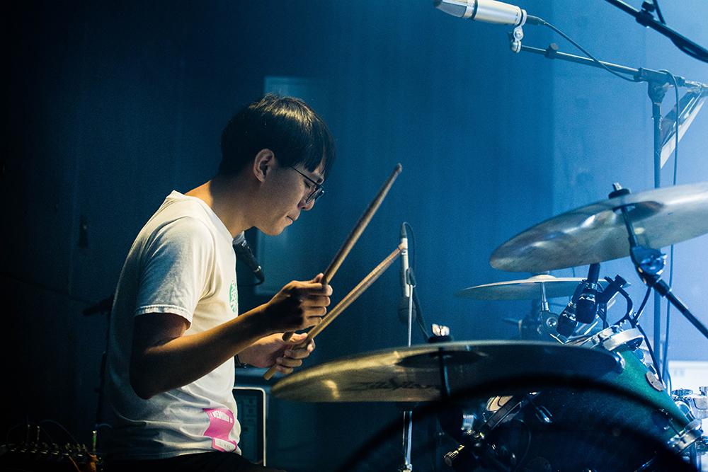 鼓手強尼覺得,不同於學生時代玩樂團,現在懂得愈多就要求愈多。(圖片提供/孩子王)