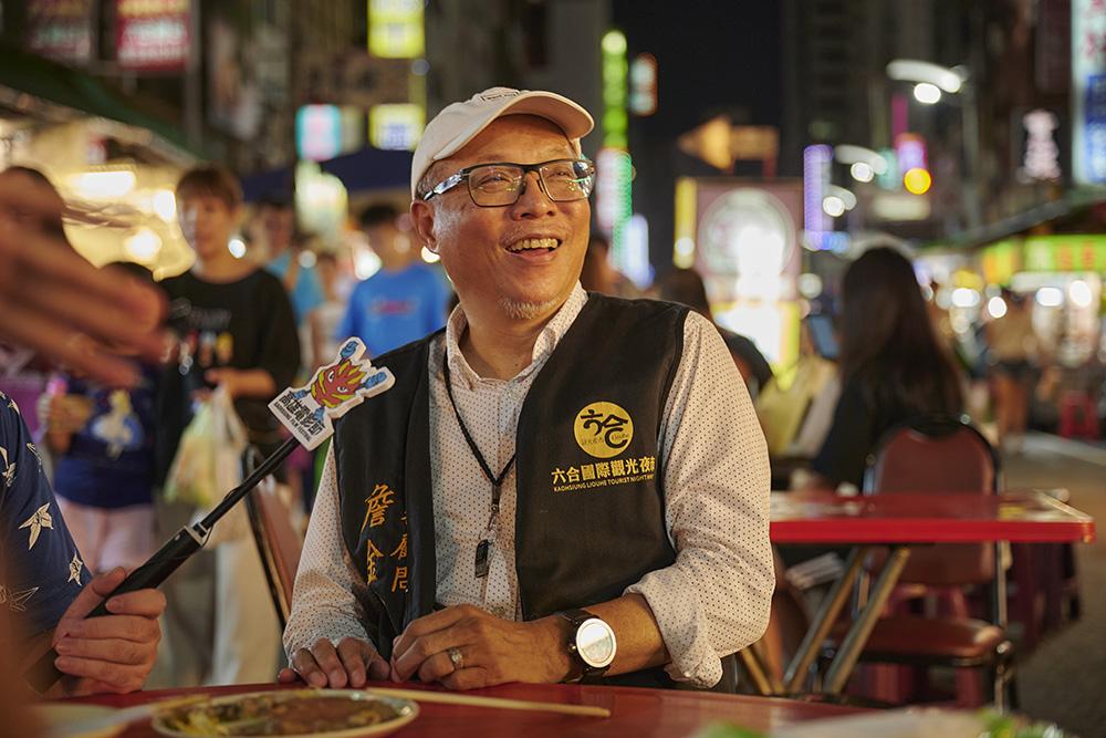 六合夜市詹金翰顧問大力協助與每間的攤商溝通,是拍攝劇組最得力的幫手。(照片提供/高雄電影節)