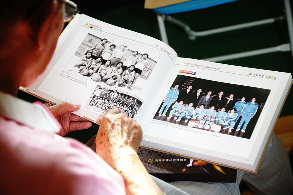 今年正逢七賢國中籃球隊成立50周年,劉錦池集結多年來的照片簡報,編製「七賢國中籃球隊成立50周年紀念專輯」,多年來的點點滴滴如數家珍。(攝影/曾信耀)