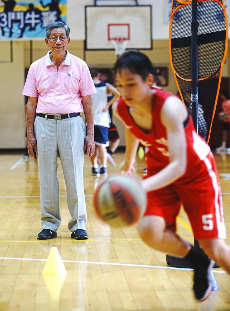 劉錦池認為勤能補拙,勤奮比身材優勢更重要,七賢女籃隊憑藉平日紥實訓練的技巧,在瑞典的冠軍賽打贏美國隊。(攝影/曾信耀)