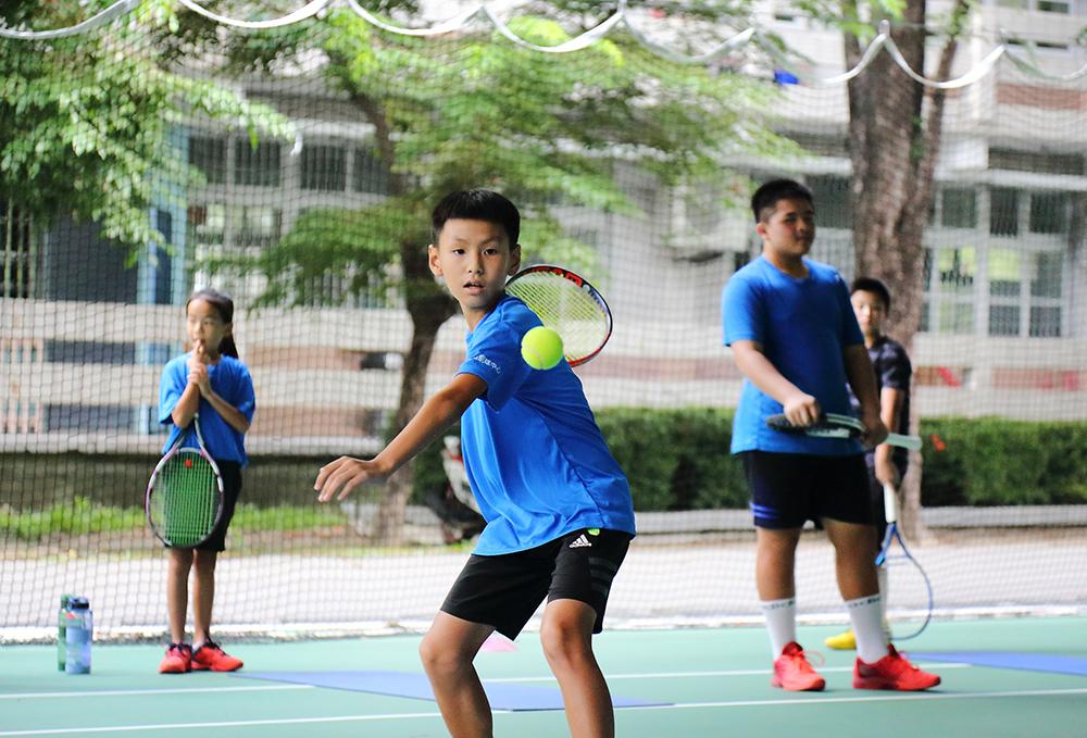 鳳山網球中心目前協助訓練鳳西國小、新甲國小、忠孝國小等區域的學生,對網球有興趣、成績優秀者,畢業後可至鳳甲國中就讀,參與網球校隊,繼續精進球技。(攝影/Carter)