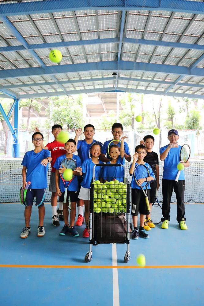 鳳山網球中心有分基礎班、假日班跟校隊班;平日學生課後就是到球場練球。(攝影/Carter)