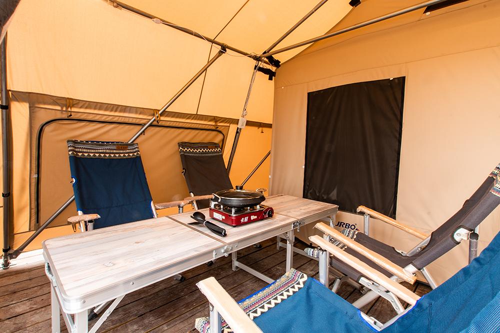 營帳外有可炊煮的小客廳,可以到旗津街上採買自己喜歡的食材。(圖片提供/高雄市政府觀光局)