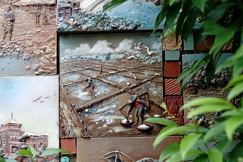 以旗津窯陶器與白瓷廢棄模具黏貼的裝置藝術牆,是訪客必拍的網美牆。(攝影/曾信耀)