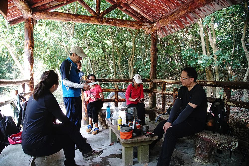 遇見泡茶的山友,規勸宣導園區內禁止野外炊煮食物。(攝影/曾信耀)