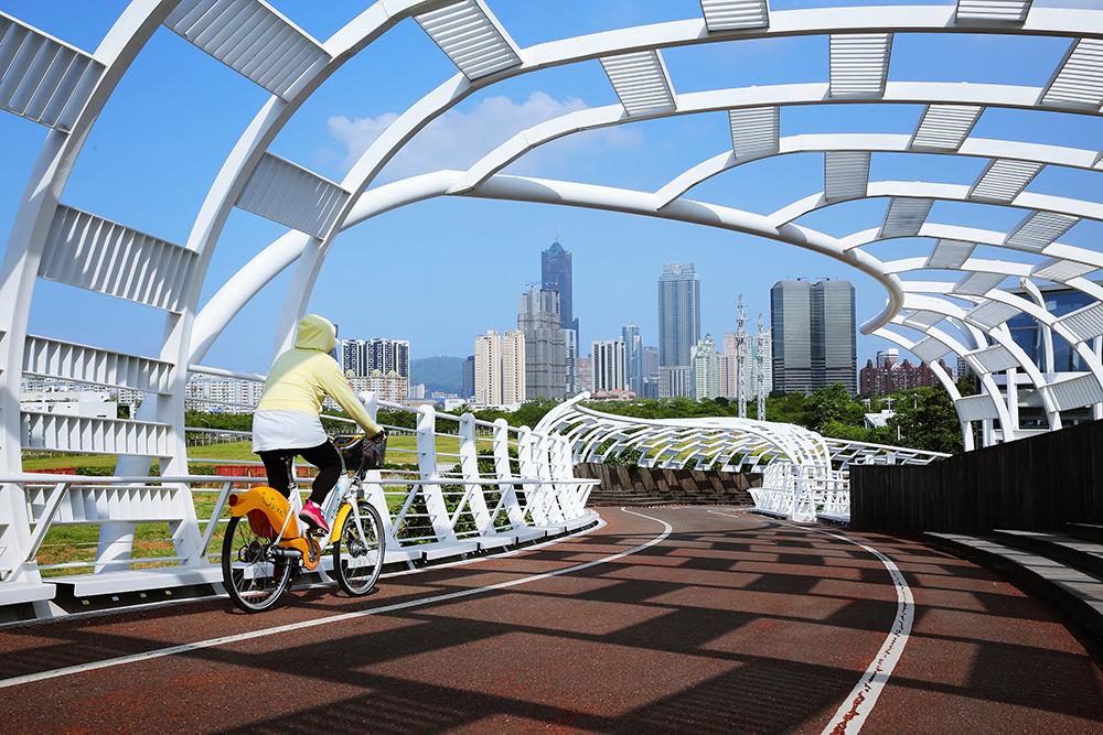 前鎮之星設計人行道與自行車道分流,人行道2米、自行車道3米,與週邊其他自行車道串連,可一路通往愛河畔。(攝影/Carter)