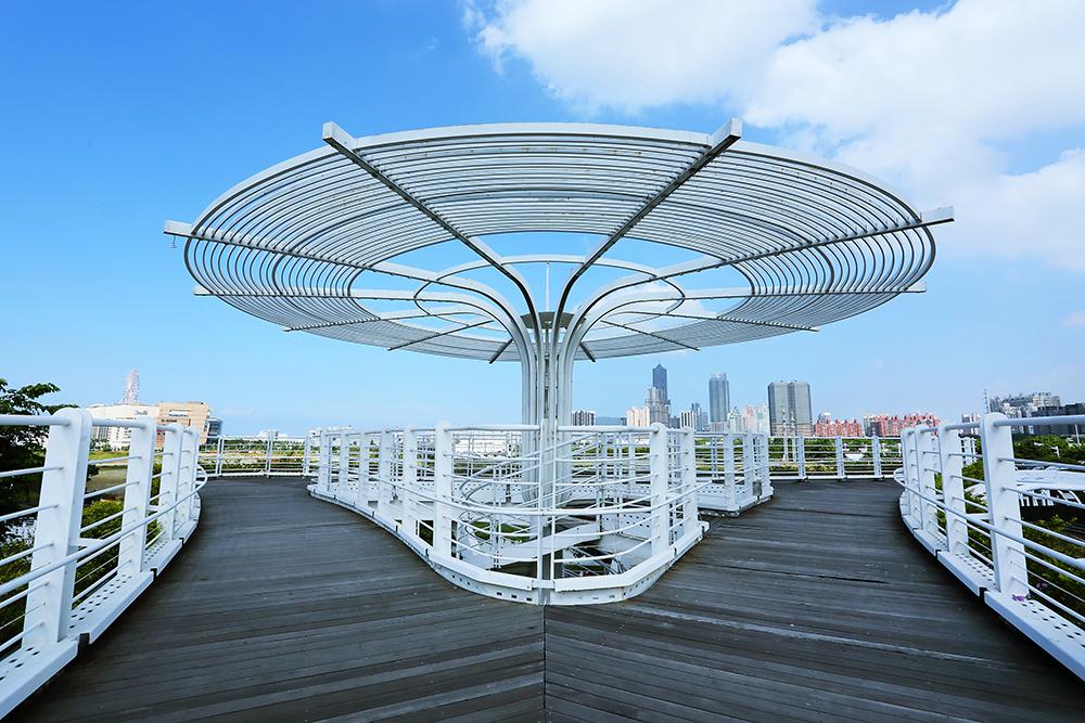觀景台上可欣賞高雄市區的天際線,及知名建築物地標。(攝影/Carter)