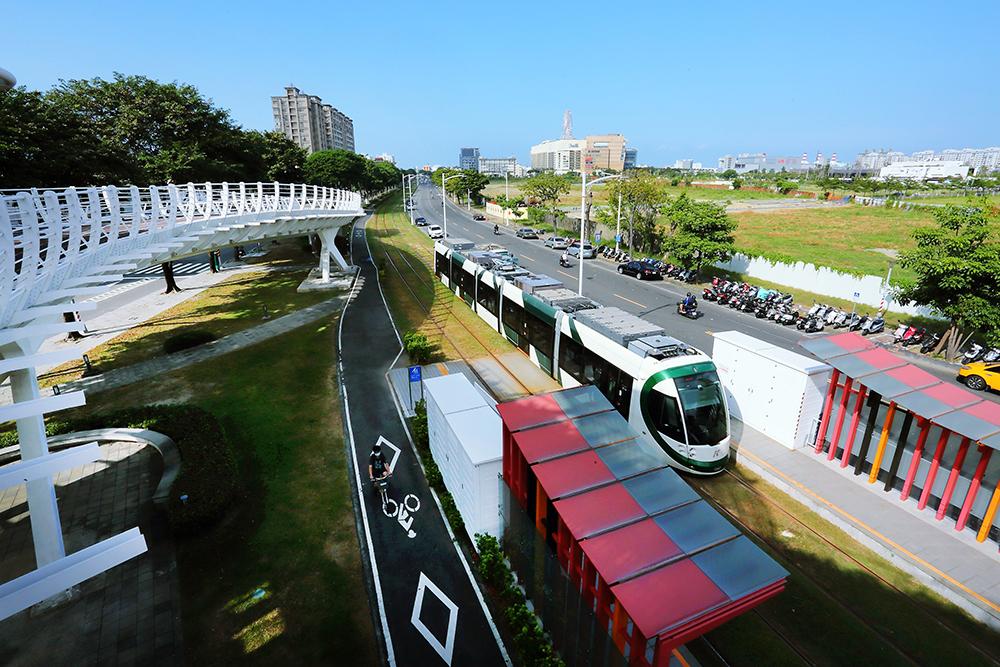 從前鎮之星俯望,可見綠色車廂的輕軌進站,與站台的彩色相襯。(攝影/Carter)